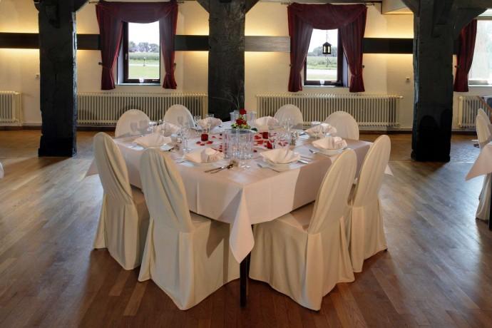 Quadratische Tische für 8-10 Personen